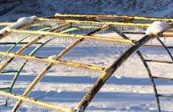 Παγάκια στον εξοπλισμό παιδικών χαρών μετά από μια θύελλα πάγου. Στοκ φωτογραφία με δικαίωμα ελεύθερης χρήσης