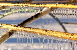 Παγάκια στον εξοπλισμό παιδικών χαρών μετά από μια θύελλα πάγου. Στοκ εικόνα με δικαίωμα ελεύθερης χρήσης