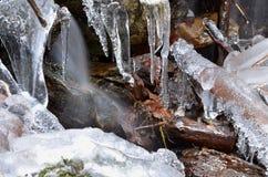 Παγάκια στο χειμερινό ρεύμα Στοκ φωτογραφία με δικαίωμα ελεύθερης χρήσης