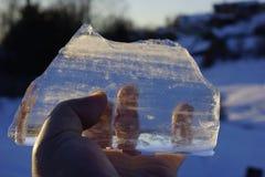 Παγάκι στα χέρια του λάμπει στον ήλιο λειωμένα μέταλλα επιπλέοντος πάγου πάγου από Στοκ Φωτογραφία