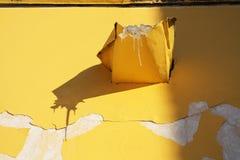Παγάκι στον κίτρινο τοίχο στοκ φωτογραφία με δικαίωμα ελεύθερης χρήσης