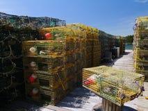 Παγίδες αστακών χρώματος που περιμένουν σε μια ξύλινη αποβάθρα Στοκ Εικόνα