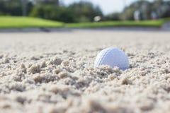 παγίδα άμμου γκολφ σφαιρώ Στοκ εικόνες με δικαίωμα ελεύθερης χρήσης