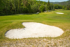 Παγίδα άμμου σε μια μορφή καρδιών αποθηκών άμμου γηπέδων του γκολφ Στοκ Φωτογραφία