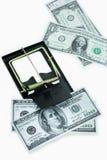 Παγίδα με τους λογαριασμούς δολαρίων που απομονώνονται πέρα από το άσπρο υπόβαθρο, κίνδυνος στην επιχείρηση, επιχειρηματίας που π Στοκ Φωτογραφίες