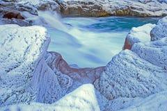 Παγετός-καλυμμένοι βράχοι κατά μήκος των όχθεων ποταμού βουνών στοκ εικόνα με δικαίωμα ελεύθερης χρήσης
