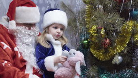 Παγετός κοριτσιών και παππούδων χιονιού απόθεμα βίντεο