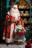 Παγετός πατέρων και κορίτσι χιονιού που στέκεται με τα δώρα Στοκ φωτογραφία με δικαίωμα ελεύθερης χρήσης
