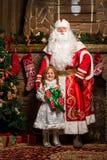 Παγετός πατέρων και κορίτσι χιονιού που στέκεται στο χριστουγεννιάτικο δέντρο με Στοκ Εικόνες