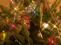Παγετός του Jack που χρωματίζει τα παράθυρα στο χριστουγεννιάτικο δέντρο Στοκ Εικόνες