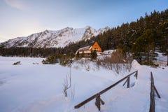 Παγετώδης λίμνη και ένα ξενοδοχείο βουνών σε υψηλό Tatras, Σλοβακία Στοκ Φωτογραφία