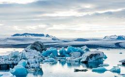Παγετώδης λιμνοθάλασσα στην Ισλανδία, νεφελώδης καιρός, βουνά στον ορίζοντα Η παγετώδης λίμνη απεικονίζει τον ουρανό Στοκ Φωτογραφίες