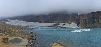 Παγετώνας και ΑΜ Gould Grinnell που καλύπτεται με το κάλυμμα των σύννεφων Στοκ Εικόνα