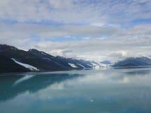 Παγετώνας που γλιστρά κάτω από ένα βουνό στο Ειρηνικό Ωκεανό στοκ φωτογραφία με δικαίωμα ελεύθερης χρήσης