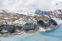 Παγετώνας που μπαίνει σε τη λίμνη Tilicho στα Ιμαλάια Στοκ φωτογραφίες με δικαίωμα ελεύθερης χρήσης