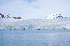 Παγετώνας που συναντά τον ωκεανό Svalbard στη Νορβηγία Στοκ Φωτογραφία