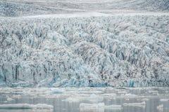 Παγετώνας που τελειώνει με μια λιμνοθάλασσα με τα μειωμένα κομμάτια των παγόβουνων Στοκ εικόνα με δικαίωμα ελεύθερης χρήσης