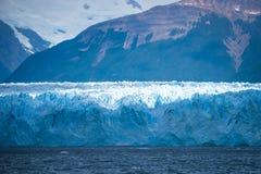 Παγετώνας σε ένα υπόβαθρο των σκιαγραφιών των βουνών Shevelev Στοκ Φωτογραφίες