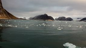 Παγετώνας στην ακτή στο υπόβαθρο του νερού του αρκτικού ωκεανού Svalbard απόθεμα βίντεο