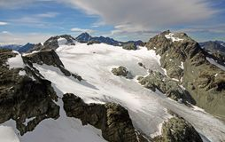 Παγετώνας τραίνων επάνω από τη λεκάνη λιμνών σηματοφόρων Στοκ Φωτογραφίες