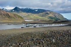 Παγετώνας Skaftafellsjokull με τους βράχους και πάγος στον ποταμό Στοκ Φωτογραφία