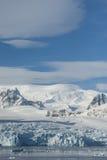 Παγετώνες και βουνά στην ακτή της ανταρκτικής χερσονήσου, Στοκ φωτογραφία με δικαίωμα ελεύθερης χρήσης