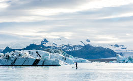 Παγετώδης λιμνοθάλασσα στην Ισλανδία, νεφελώδης καιρός, βουνά στον ορίζοντα Η παγετώδης λίμνη απεικονίζει τον ουρανό Στοκ φωτογραφία με δικαίωμα ελεύθερης χρήσης