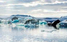 Παγετώδης λιμνοθάλασσα στην Ισλανδία, νεφελώδης καιρός, βουνά στον ορίζοντα Η παγετώδης λίμνη απεικονίζει τον ουρανό Στοκ εικόνες με δικαίωμα ελεύθερης χρήσης