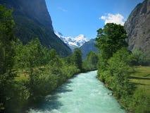 Παγετώδης ποταμός που ρέει από τα βουνά στην Ελβετία Στοκ εικόνα με δικαίωμα ελεύθερης χρήσης