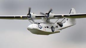 Παγιωμένο της Catalina PBY αμφίβιο πετώντας βομβαρδιστικό αεροπλάνο περιπόλου βαρκών εκλεκτής ποιότητας Στοκ φωτογραφίες με δικαίωμα ελεύθερης χρήσης