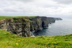 Παγκοσμίως διάσημοι απότομοι βράχοι Moher στη κομητεία Clare, Ιρλανδία στοκ φωτογραφία