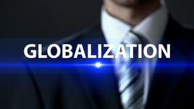 Παγκοσμιοποίηση, επιχειρηματίας που στέκεται μπροστά από την οθόνη, διεθνείς σχέσεις στοκ εικόνα με δικαίωμα ελεύθερης χρήσης