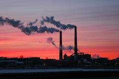παγκόσμια αύξηση της θερμοκρασίας λόγω του φαινομένου του θερμοκηπίου καπνού έννοιας καπνοδόχων Στοκ φωτογραφία με δικαίωμα ελεύθερης χρήσης