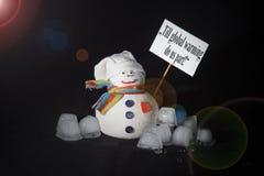 παγκόσμια αύξηση της θερμ&omic Έννοια που γίνεται με το χιονάνθρωπο, κύβοι πάγου, σημάδι διαμαρτυρίας Στοκ Εικόνες