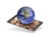 Παγκόσμια σφαίρα στο κινητό τηλέφωνο με τα χρήματα στην οθόνη Στοκ Εικόνες