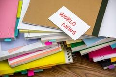 Παγκόσμιες ειδήσεις  Ο σωρός των επιχειρησιακών εγγράφων σχετικά με το γραφείο Στοκ Φωτογραφίες