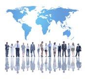 Παγκόσμιοι επιχειρηματίες με τον παγκόσμιο χάρτη Στοκ Εικόνες