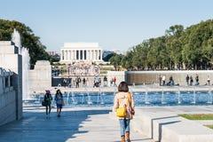Παγκόσμιος πόλεμος 11 του Washington DC μνημείο με το μνημείο του Λίνκολν Στοκ φωτογραφία με δικαίωμα ελεύθερης χρήσης