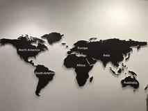 παγκόσμιος χάρτης σε έναν τοίχο του ξύλου στοκ φωτογραφία με δικαίωμα ελεύθερης χρήσης