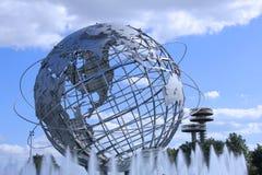 1964 παγκόσμιο δίκαιο Unisphere της Νέας Υόρκης στο ξέπλυμα του πάρκου λιβαδιών Στοκ Εικόνες