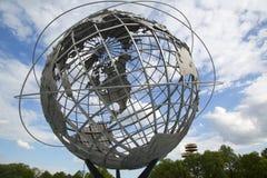 1964 παγκόσμιο δίκαιο Unisphere της Νέας Υόρκης στο ξέπλυμα του πάρκου λιβαδιών Στοκ Φωτογραφία