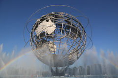 1964 παγκόσμιο δίκαιο Unisphere της Νέας Υόρκης στο ξέπλυμα του πάρκου λιβαδιών Στοκ Φωτογραφίες
