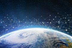 Παγκόσμιο δίκτυο πληροφοριών πέρα από τον πλανήτη Η γη περιβάλλεται από τα ψηφιακά στοιχεία στοκ φωτογραφίες με δικαίωμα ελεύθερης χρήσης