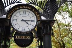 Παγκόσμιο ρολόι κοντά στον κήπο ορχιδεών στους βοτανικούς κήπους της Σιγκαπούρης Στοκ Εικόνες