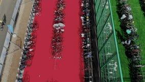 Παγκόσμιο triathlon πρωτάθλημα Κινήσεις κηφήνων επάνω από τη μεγάλη περιοχή χώρων στάθμευσης ποδηλάτων με πολλά αθλητικά επαγγελμ απόθεμα βίντεο