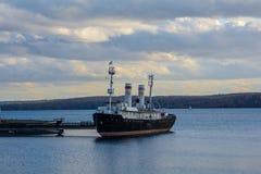 Παγοθραύστης στον ποταμό Angara Στοκ εικόνα με δικαίωμα ελεύθερης χρήσης