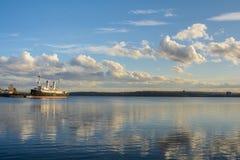 Παγοθραύστης στον ποταμό Angara Στοκ φωτογραφίες με δικαίωμα ελεύθερης χρήσης