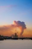Παγοθραύστης στον ποταμό Neva στο ηλιοβασίλεμα Στοκ εικόνες με δικαίωμα ελεύθερης χρήσης