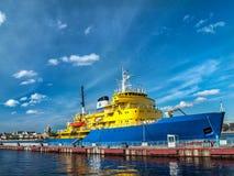 Παγοθραύστης diesel του κίτρινος-μπλε χρώματος στην αποβάθρα κοντά στο emba Στοκ Φωτογραφία