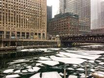 Παγωμένα χοντρά κομμάτια του πάγου που επιπλέουν στον ποταμό του Σικάγου κατά τη διάρκεια της θύελλας χιονιού στοκ φωτογραφία με δικαίωμα ελεύθερης χρήσης